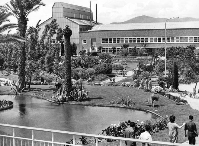 Z402, Tuin bij fabrieksgebouwen, Ph Barcelona, Spanje, 1960, 882 (Announcer 7-1960)